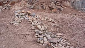 Pfeil aus Steinen am Boden